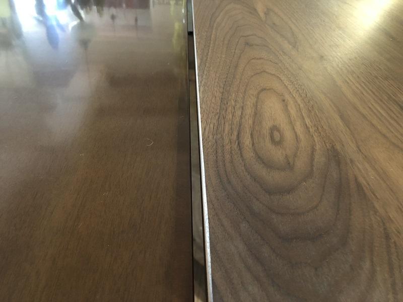 左・カリモク60+ダイニングテーブル(突板)/右・アカセ木工ワイルドウッドダイニングテーブル(無垢)