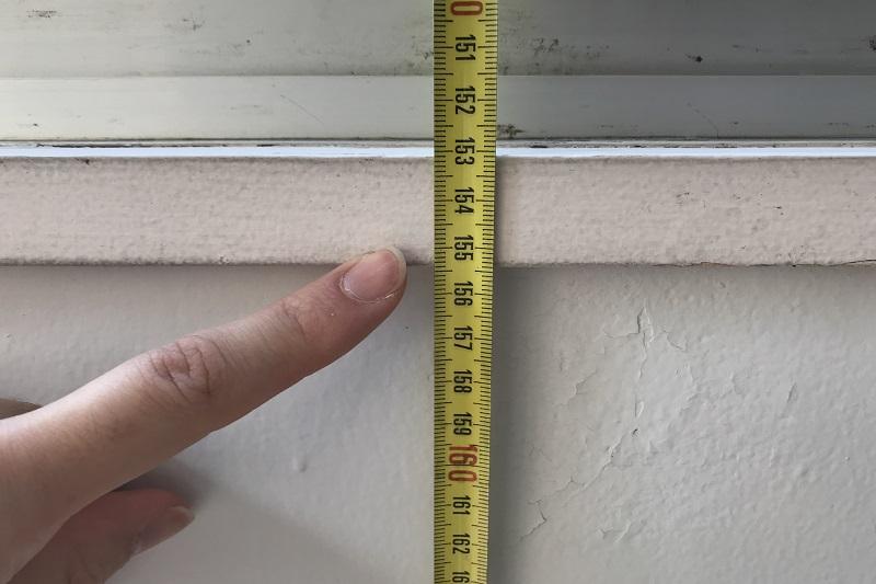 腰窓・出窓は窓枠下までの長さ