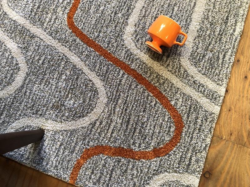 オレンジのアクセントラインとゴブレットマグ