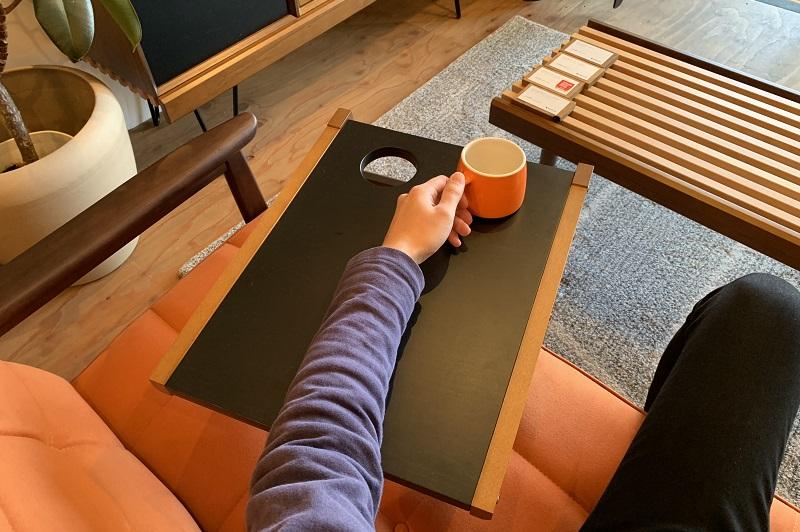 テーブルが浮いているかのよう