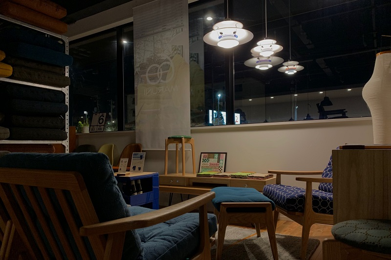閉店後にPH5の灯りだけでスタッフで雑談するときもあります