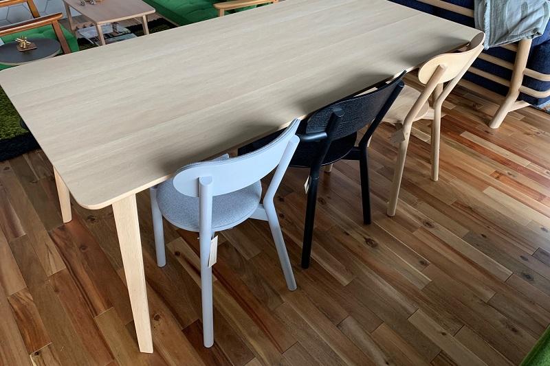 脚間寸法が約143cmあるので椅子も3脚入ります!