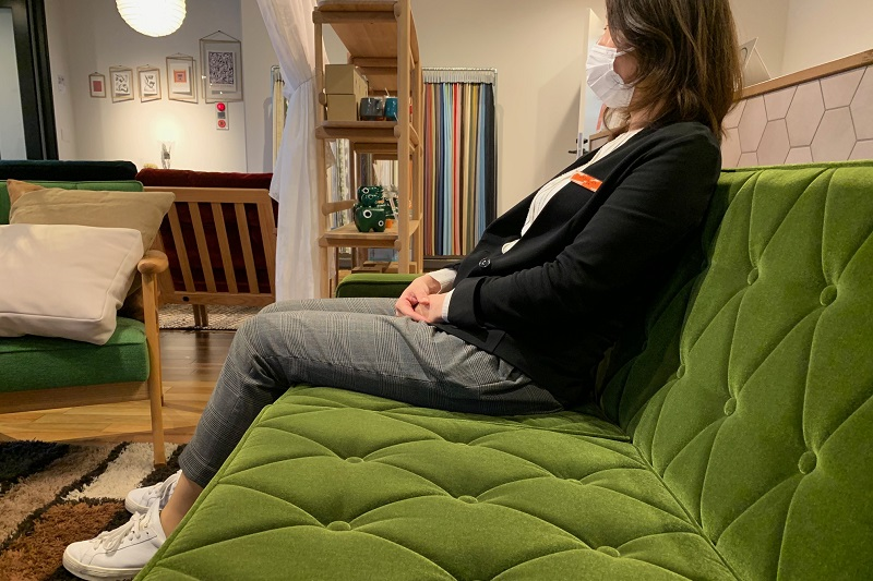 膝裏を基準にして座ろうとすると腰と背もたれの間にスペースが出来てしまう