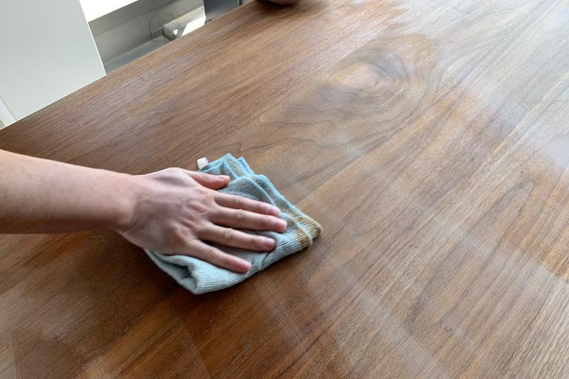 紙ヤスリで削った後の木くずを拭きとっています