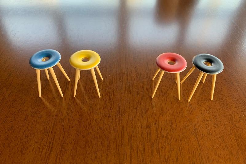 リングスツールは青・黄のセットと赤・黒のセットです