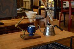 「コーヒーレジストリー」オーバースタンドでコーヒーをドリップ